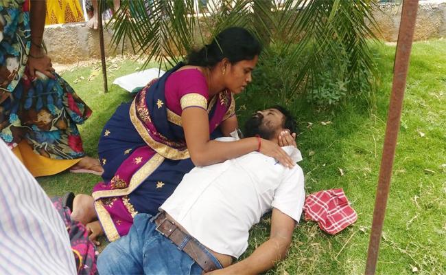 Man Died With Heart Stroke In TET Exam Centre Chittoor - Sakshi