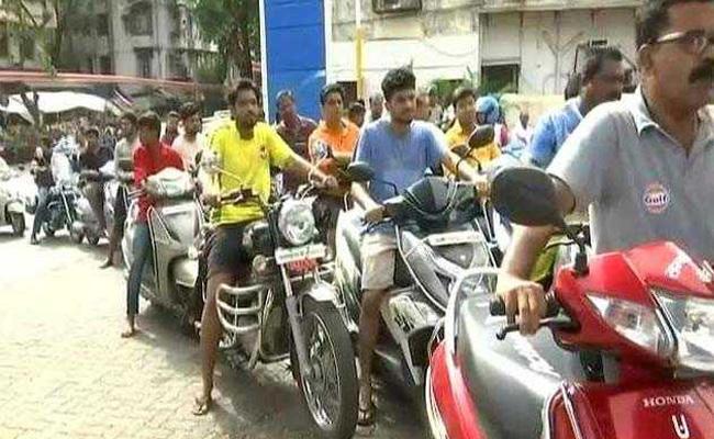 Raj Thackeray Birthday Gift Petrol On Discount For Today - Sakshi