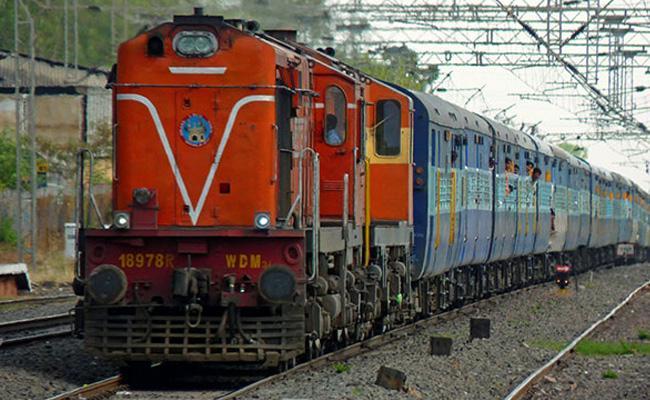 Man Forgets Daughter In Mumbai Train In Maharashtra - Sakshi