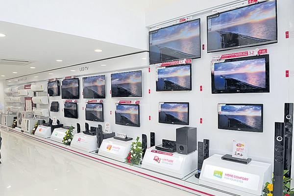 Samsung slashes TV prices by up to 20% for keeping dragon at bay - Sakshi