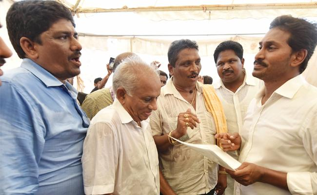 People Sharing Their Sorrows To YS Jagan In Praja Sankalpa Yatra - Sakshi