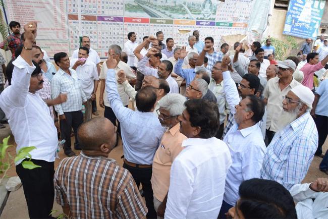 Employees Attacks To General Secretary At AP NGos House In Hyderabad - Sakshi