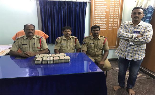 Rs.31.50 Lakh Cash Was Seized - Sakshi