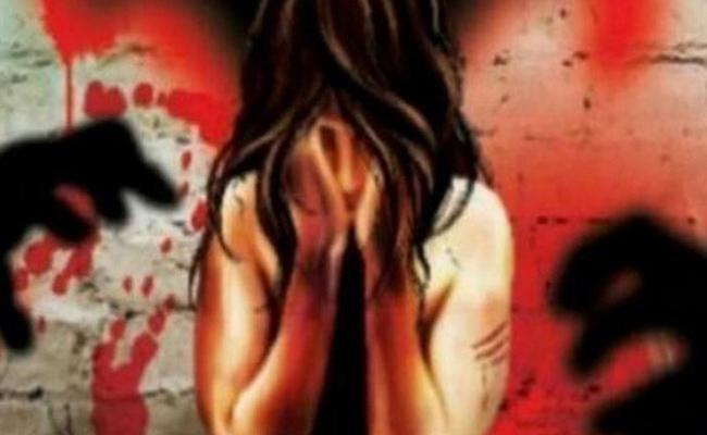 Young Girl Molested By Auto Driver And His Friends In Guntur - Sakshi