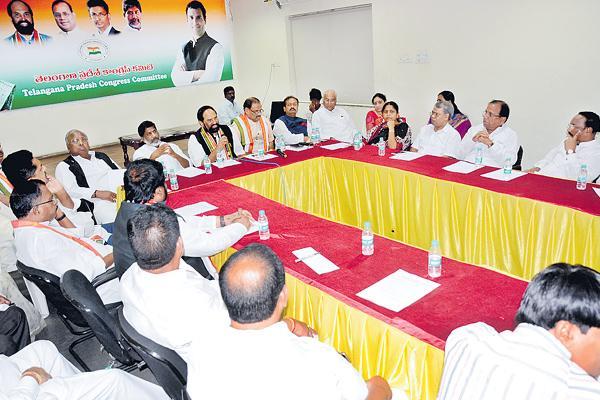 Uttam makes birthday vow to defeat TRS in next polls - Sakshi