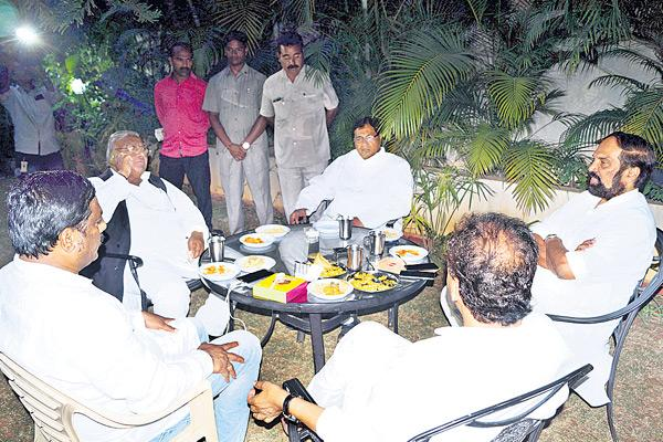 Congress leaders meeeting in janareddy's house - Sakshi