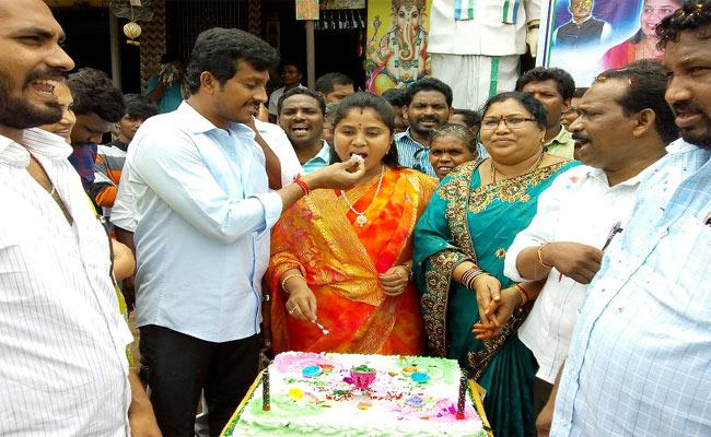 Pushpa Srivani Birthday Celebrations Between Fans And Activists - Sakshi