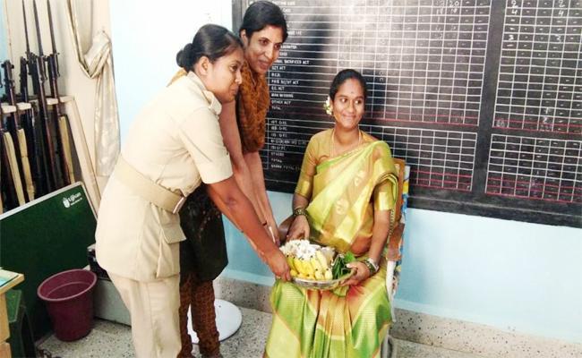 Women Staff Celebrate Seemantham In Police Station Karnataka - Sakshi