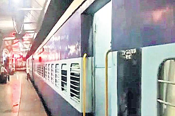 Robbery of the robbers in two trains - Sakshi