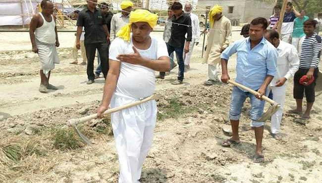 Uttar Pradesh Minister Picked Up A Spade Photos went Viral - Sakshi