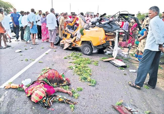 Four persons killed in auto-car collision in Ranga Reddy - Sakshi