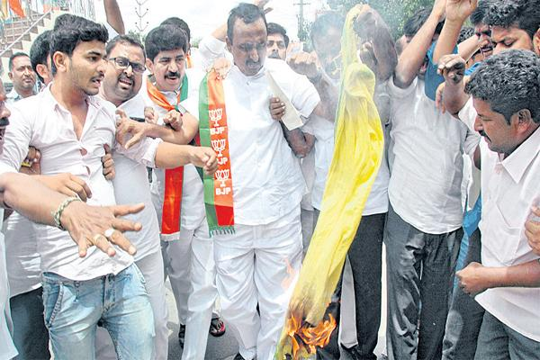 TDP Leaders Attack On Kanna Lakshminarayana - Sakshi