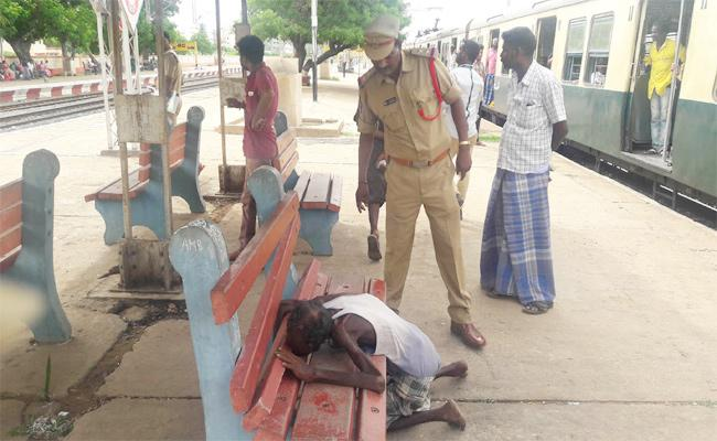 Unknown Person Died In PSR Nellore Railway Station - Sakshi