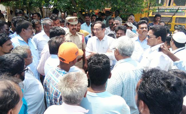 People Protest On Municipal Officers Behave In Guntur - Sakshi