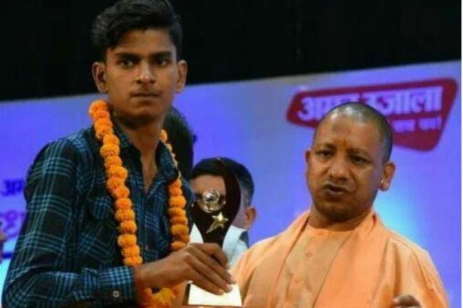 Student Pays Fine After Cheque Given By CM Yogi Adityanath Bounced - Sakshi