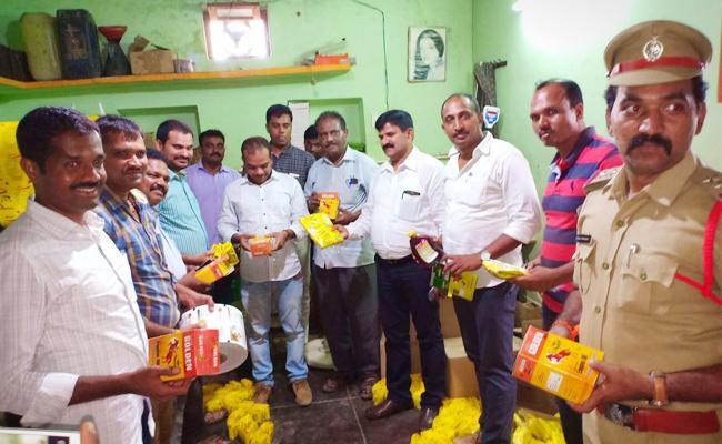 Vigilance Attacks On Fake Oil Gang In Anantapur - Sakshi