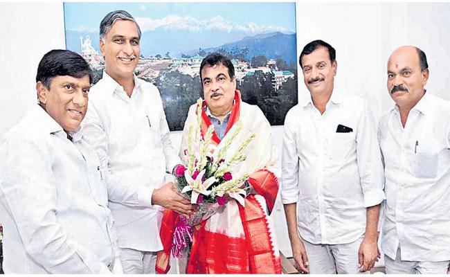 TRS Leaders Meets Central Minister Gadkari In Delhi On Kaleshwaram Issue - Sakshi