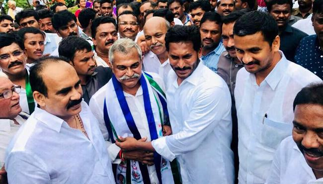 Former Minister Manugunta Mahidhar Reddy joins in YSR Congress Party - Sakshi