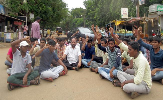 BC Students Protest For Food In PSR Nellore - Sakshi