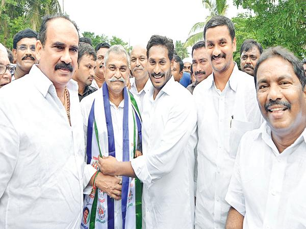 Solid welcome to YS Jagan from all over the Villagers - Sakshi