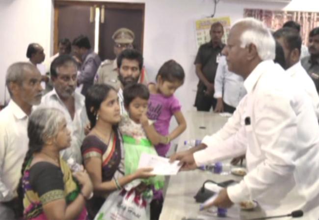 Kadiyam Srihari Distributes Ex Gratia To Fire Accident Families In Warangal - Sakshi