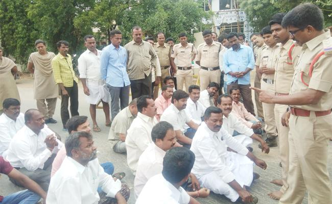 CI Threats To Sakshi Reporter In Anantapur