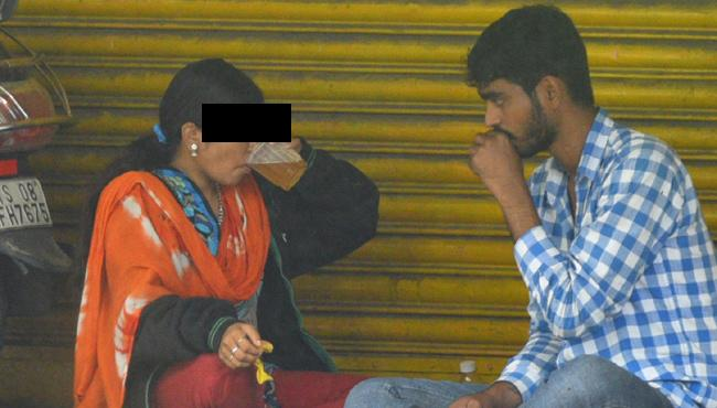 Couple Drinking Alchohol On Abids Road hyderabad - Sakshi