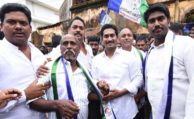 TDP, Congress leaders join YSRCP - Sakshi