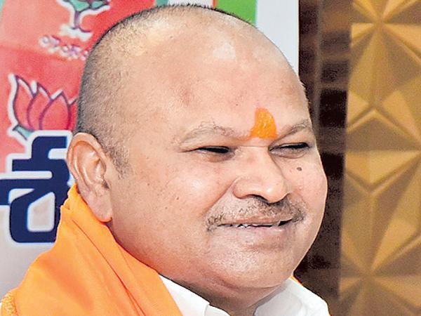 Police stations turned into TDP office says Kanna Lakshminarayana - Sakshi