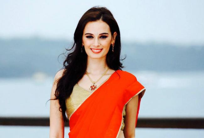 Evelyn Sharma Off to Hyderabad to continue shoot for saaho - Sakshi