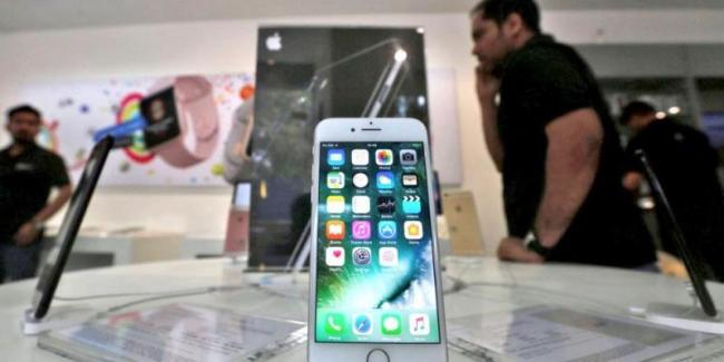 Apple Loses Key Executives In India As It Struggles With Poor iPhone Sales - Sakshi