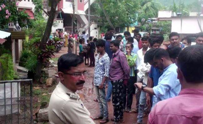 Husband Live Five Days Wife Dead Body In Karnataka - Sakshi