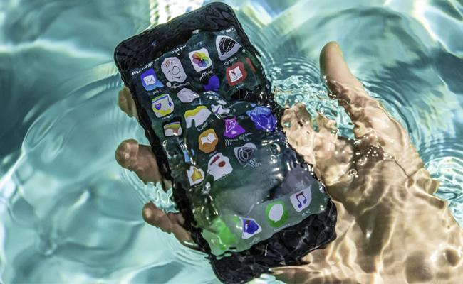 Scuba Diver Finds iPhone 7 In Sea After 2 Days In Perfect Working Condition - Sakshi