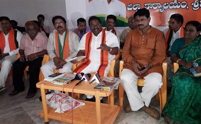 Somu Veerraju Criticized Chandrababu - Sakshi