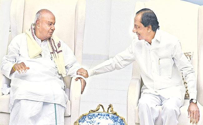Telangana CM KCR Meeting With Deve Gowda - Sakshi