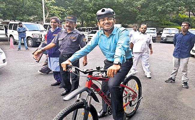 GHMC Commissioner Traveling To Bicycle On  Daily Office - Sakshi