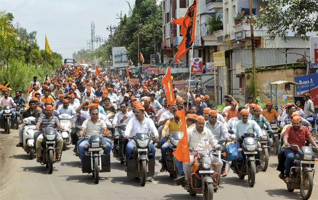 Maratha Leaders Called Off Their Mumbai Shutdown After violence - Sakshi