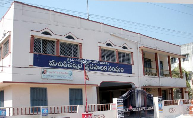 Bandaru Municipal Offices Closed Door On Vigilance Officers Krishna - Sakshi