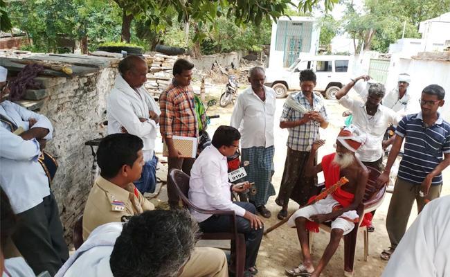 Councelling To OldMan On Biological tomb Guntur - Sakshi