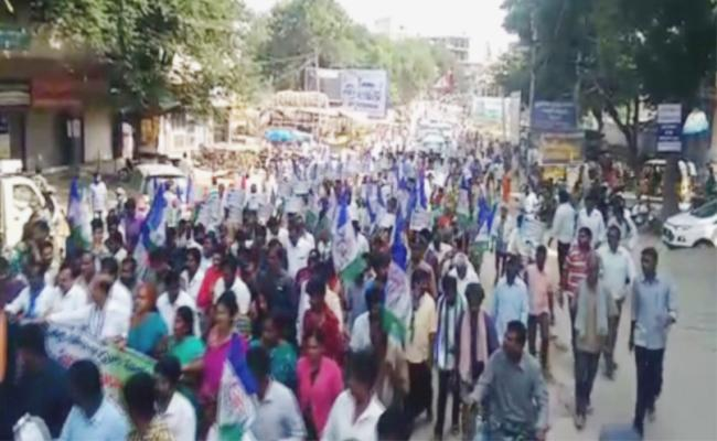 YSRCP Leaders Attend To Manadhapally Bandh - Sakshi