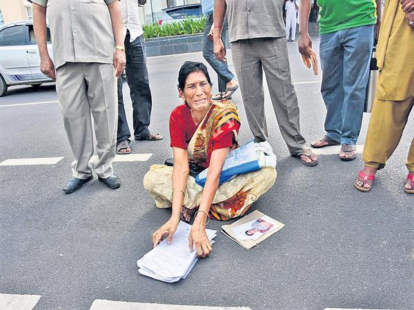 Elderly women protest at the Secretariat - Sakshi