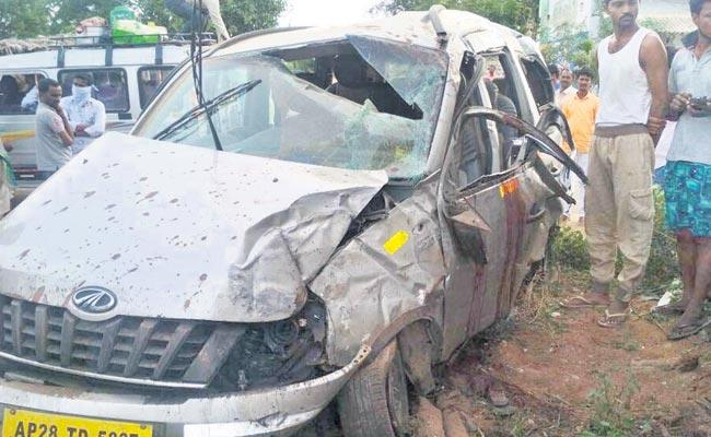 Six Died By Accident on National Highway Going To Nagarjuna Sagar - Sakshi
