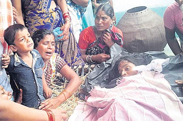 Women Died With Snake Byte - Sakshi