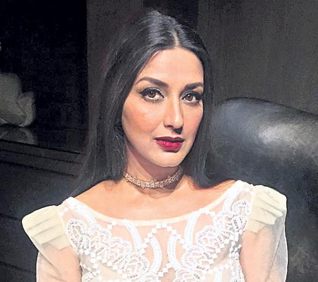 Sonali Bendre diagnosed with cancer - Sakshi