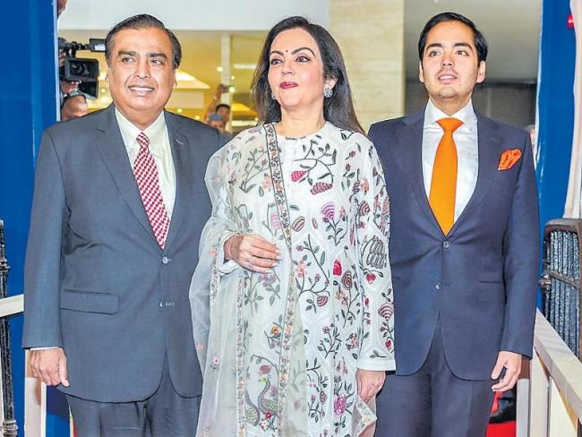 Mukesh Ambani takes a break from big investments - Sakshi