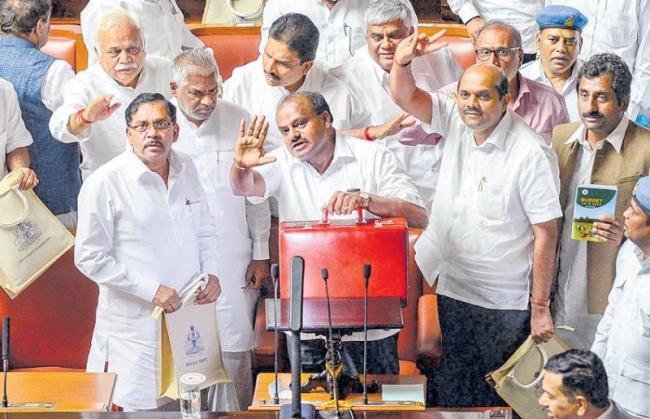 Karnataka CM Kumaraswamy announces Rs 34,000-cr farm loan waiver in budget - Sakshi