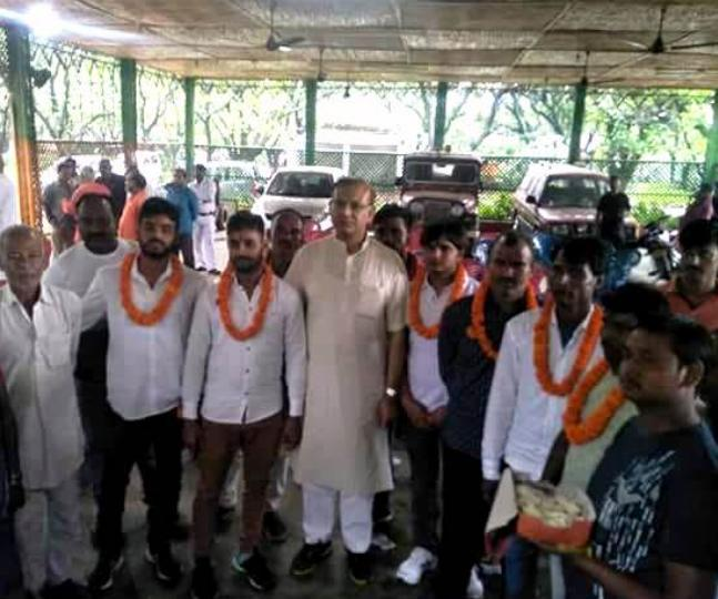 Union Minister Jayant Sinha Welcomes Mob Chilling Accused With Garlands - Sakshi
