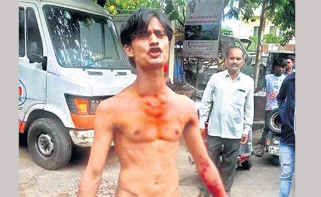 Rowdy Sheeter Hulchul In front Of Chilakalaguda Police Station hyderabad - Sakshi
