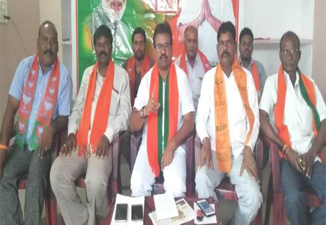 BJP Leaders Criticize On TRS MLA  Durgam Chinniah - Sakshi
