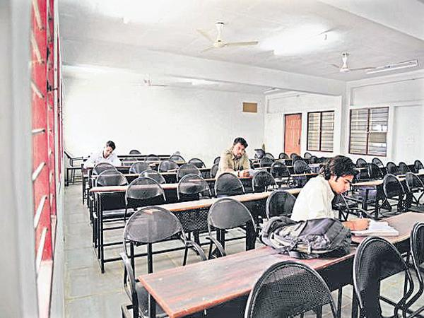 Poor students stopping their study that who are unable to pay fees - Sakshi